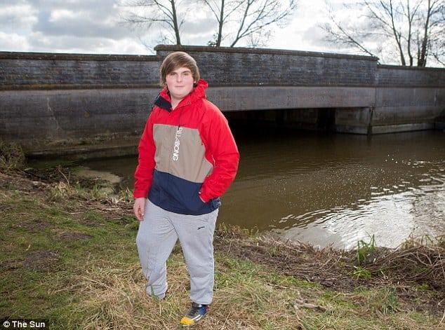 James Cork a városi híd mellett áll