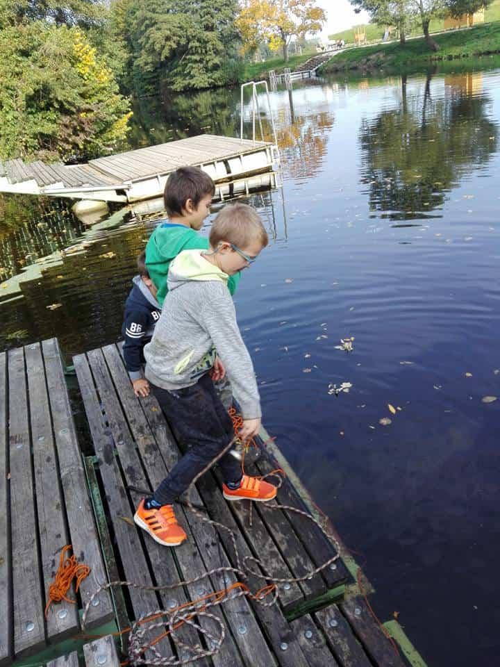 a gyerekek neodímium mágnest dobnak a vízbe