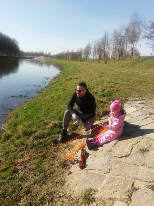 lánya mágnest dob a folyóba