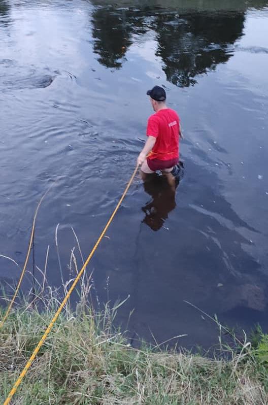 az ember horgász mágnest keres a vízben