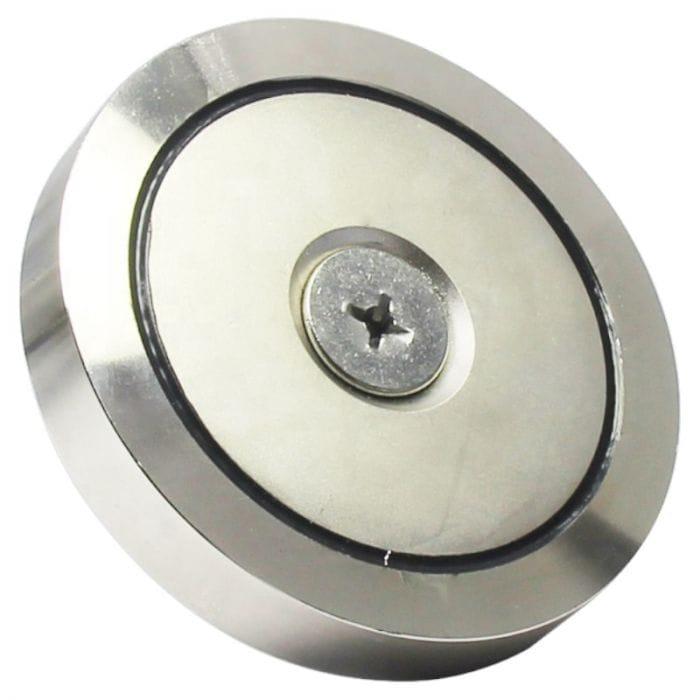 skrutka prechádza cez celý magnet